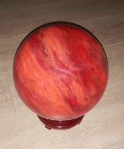 Sfera din cuart cherry pe suport din lemn