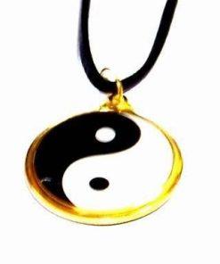 Talisman Feng Shui cu Yin-Yang auriu, pe siret negru
