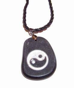 Pandantiv negru, cu Yin-Yang argintiu gravat, pe siret negru