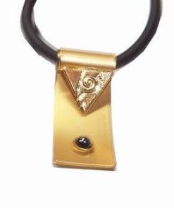 Talisman din metal nobil auriu pe siret - Simplitate