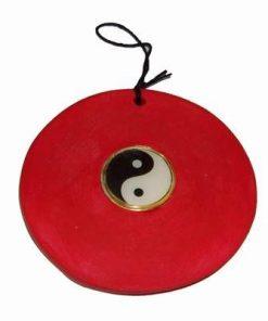 Talisman cu simbolul Yin-Yang pe suport din ceramica